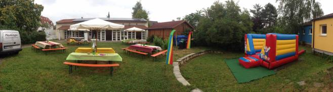 Anlieferung und Aufbau einer Hüpfburg auf einem Kindergeburtstag